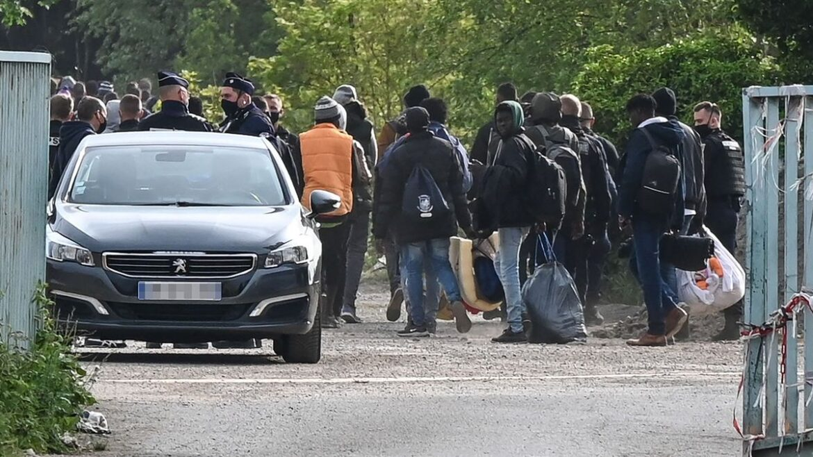 Police Dismantle A Camp With Hundreds Of Migrants In Calais